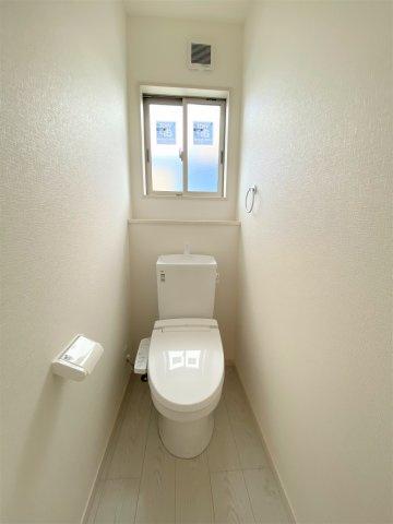 温水洗浄便座付トイレ。汚れてもサッと一拭きお手入れ簡単。1階2階共にウォシュレット機能付き。