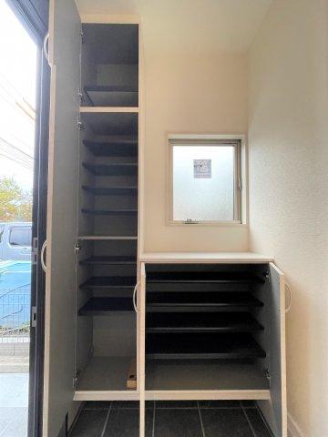 お手入れしやすく使いやすい洗面台。三面鏡裏には化粧品や洗面用品類を整理できます。朝の支度がスムーズ♪