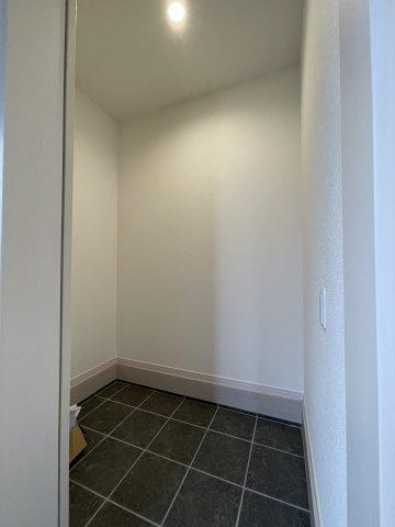 洗面脱衣室。収納スペースも広く、洗剤や掃除道具をたっぷりと収納できます。窓があるので換気もできます