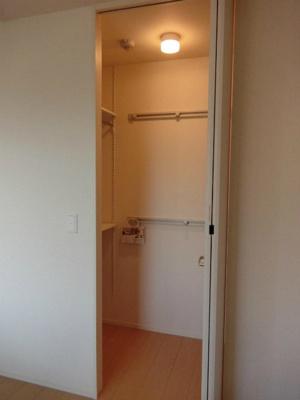 洋室5.2帖のお部屋にあるワンステップクローゼットです!棚が2段+ハンガーラックでたっぷり収納出来ます☆