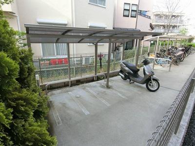 敷地内に屋根付きバイク置き場を完備しています!バイクをお持ちの方にオススメです♪