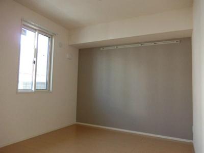 南向き洋室4.5帖のお部屋です!オシャレなアクセントクロスが魅力的☆壁にはピクチャーレールがあり、絵や写真が飾れます☆ハンガー掛けとしても便利!