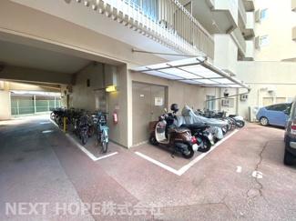 バイク置き場・自転車置き場です♪屋根付きで大切な自転車やバイクも雨風から守ってくれますね(^^)
