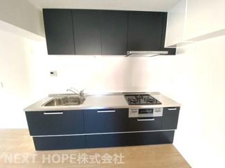 新品のシステムキッチンです♪シックなキッチンで大人っぽいLDKです(^^)ぜひ現地をご覧ください!お気軽にネクストホープ不動産販売までお問い合わせを!!