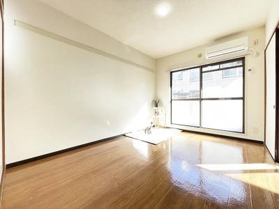バルコニーに繋がる南向き洋室6.2帖のお部屋です!エアコン付きで1年中快適に過ごせますね☆