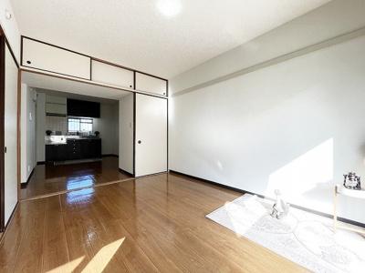 収納スペースのある南向き洋室6.2帖のお部屋です!荷物の多い方もお部屋が片付いて快適に過ごせますね♪