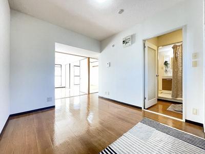 8帖のダイニングキッチンです!椅子とテーブルを囲んで家族団欒の時間を過ごせます♪和室と洋室、それぞれのお部屋へ繋がっています♪