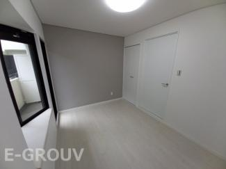 出窓がお洒落な洋室は約5帖の広さ。無駄な柱が室内にない為、家具の配置がしやすいお部屋です!クローゼット付きで収納力も抜群。