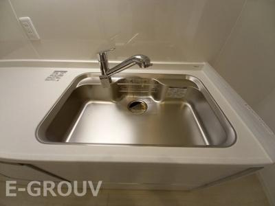 浄水器一体型の水栓。ホースが引き出せシンクの隅々までお掃除ができます!