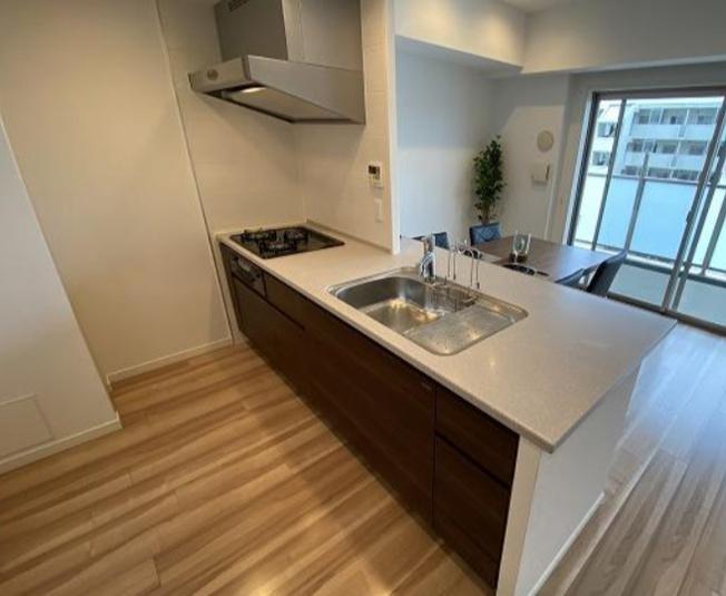 便利な3口ガスコンロに、大きなシンク! 調理台のスペースも広々としておりますのでお料理の幅が増えますね!