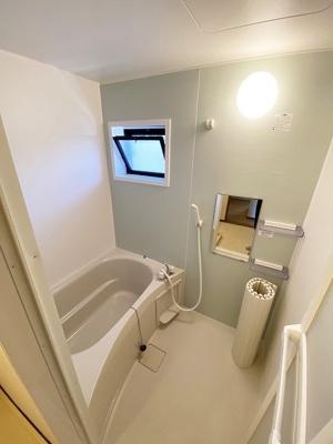浴室には窓があるので湿気対策OK!ゆったりお風呂に浸かって一日の疲れもすっきりリフレッシュできますね☆