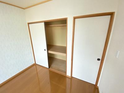 洋室6帖のお部屋には収納スペースを完備しています☆かさ張りやすい寝具や大きな荷物などが収納できて便利です☆