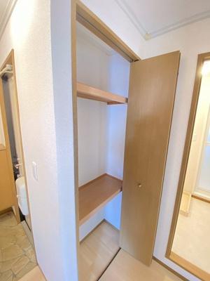 廊下にある収納スペースです!ストーブや扇風機など季節ものも収納できます☆