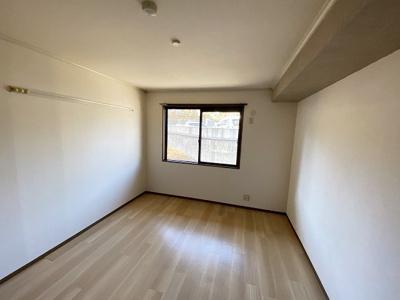 玄関から入って左手にある洋室7帖のお部屋です☆子供部屋や書斎・寝室など多用途に使えそうなお部屋です♪壁にはピクチャーレールがあり、絵や写真が飾れます☆