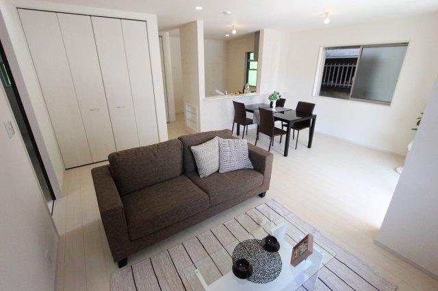 おしゃれな居間です:建物完成しました♪毎週末オープンハウス開催♪八潮新築ナビで♪
