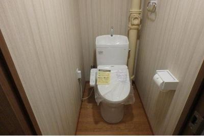 温水洗浄便座付きのトイレですので、快適にご使用いただけます。壁面にはタオルハンガーが設置されています。