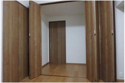 東側の洋室約6.3帖の収納です。出し入れしやすい全開口の収納は、内部で隣室の和室につながっています。どちらの部屋からも収納物の出し入れが可能です。