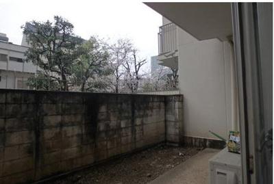 8.80m2ある専用庭は、塀があるので外からの視線を気にすることなくお使いいただけます。リラックススペースやお子様の遊び場・お家キャンプなど楽しみの幅が広がります。