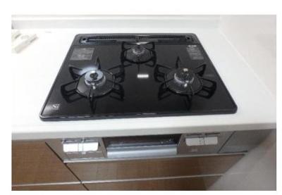 【3口コンロ】 忙しい朝や夕食作りに活躍する3口コンロです。手際よく調理できます。