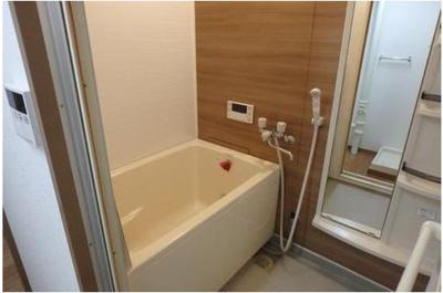 木目調のアクセントパネルがお洒落な浴室です。お出かけ前などに全身チェックをすることができます。追い焚き機能付きで、お帰りの遅いご家族も温かいお風呂に浸かれます。