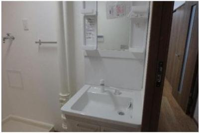 シャワー付洗面化粧台ですので、朝の身支度をスムーズに行えます。ボウルは繋ぎ目のない一体型で、お掃除の際に便利です。