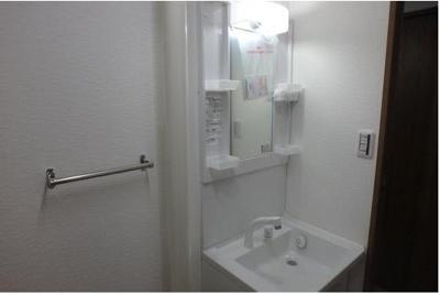 下部やサイドに収納があり、洗面用品を仕舞っておくことができます。