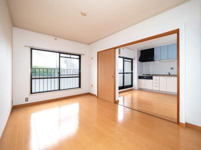リビングの隣、6帖洋室は、扉が収納できますので、リビングの続きとしても利用可能です