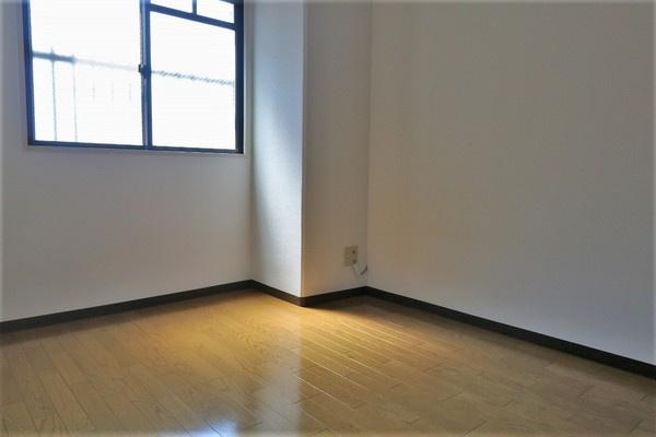 【洋室】 5.1帖洋室です。たっぷり入るクローゼット付き♪