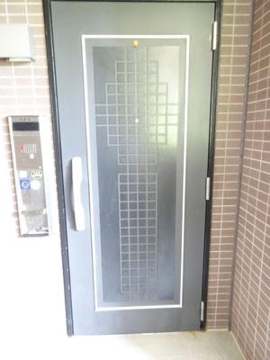玄関ドアも美しい、広くグレード感のあるスペースとなっています♪