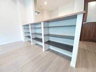 ステイツ津田沼 カウンターキッチン下部の収納は使い勝手の良いか可動式の棚になっております!