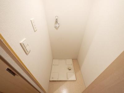 洗濯機置場には防水パンと扉付き