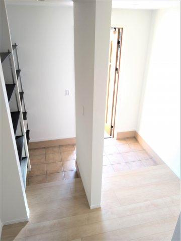 玄関横の可変式棚有の広い収納スペース。家族の靴、ベビーカーやアウトドア用品、子供の部活道具も収納可。