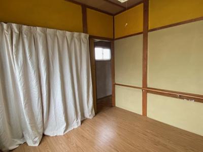 2階の4.5帖のお部屋です。 フローリングカーペットを敷いてます。
