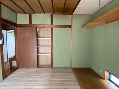 1階の6帖のお部屋です。 フローリングカーペットを敷いてます。