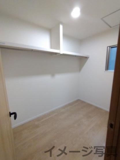 ウォークインクローゼット。一か所に衣類や季節物をまとめて収納できるスペース。居室をスッキリできます。