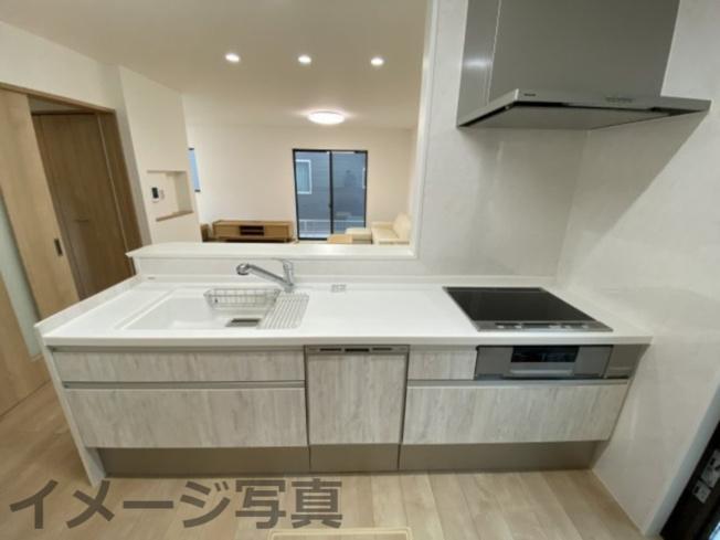 システムキッチン。汚れや傷がつきにくい設計でお手入れ簡単。引出し式の大容量の収納あり。床下収納付。