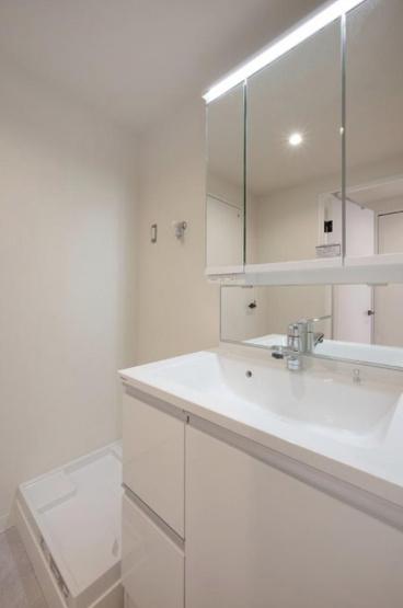 田端スカイハイツ:明るく清潔感のある三面鏡付き洗面化粧台です!