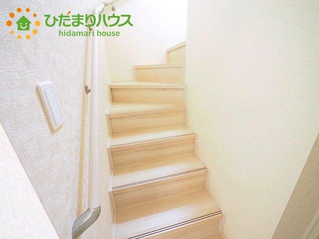 上り下りに安心の手すり付き。