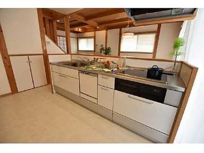 【キッチンルーム】 新規交換のシステムキッチンです。 大きなシンクにゆとりある作業スペース、 お料理もお掃除もしやすいIHコンロ、 収納もあり使いやすいキッチンです。