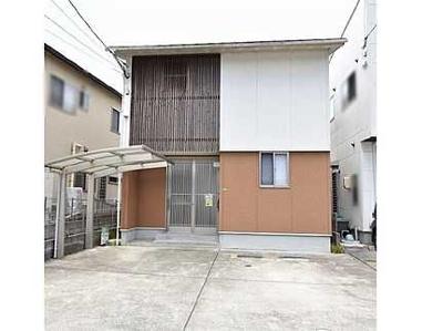 【和モダンな外観です!】 玄関扉もオシャレな造りです。 駐車場も並列2台の駐車が可能で、1台分のカーポートは付いています!