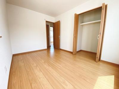 (同仕様写真)南東側の居室2部屋から出入り可能な日当たりの良いバルコニー。洗濯物もしっかり乾いて奥様の家事も捗りますね