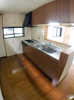 ●人気の対面キッチンですよ♪ 〇キッチンスペースも広く冷蔵庫などを置いても余裕がありますよ♪ ●シンクも広く使い勝手が良いですよ♪