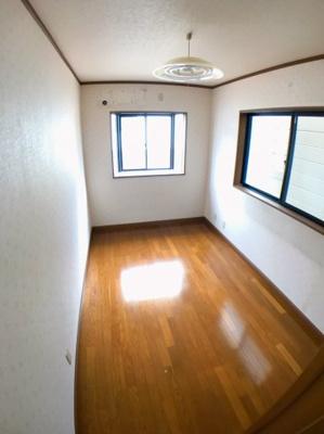 ●3階南側約5帖の洋室です♪ 〇東側、南側の2面採光のためお部屋は明るいですよ♪
