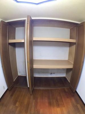 ●1階洋室の収納です♪ 〇タイプの違う収納のため様々な物が入りますね♪