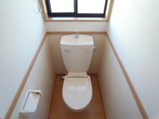 小窓があり明るいトイレです