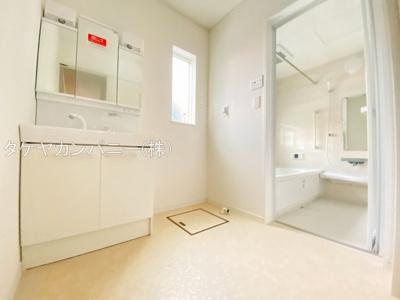 (同仕様写真)洗面室に確保されている小窓は採光と湿気対策に役立ちます!白を基調とした洗面室なので清潔感もあり、気持ちよく毎日お使い頂けますね。