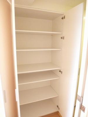 玄関にある収納スペースです!シューズボックスに入りきらない靴などの収納にも便利ですね♪