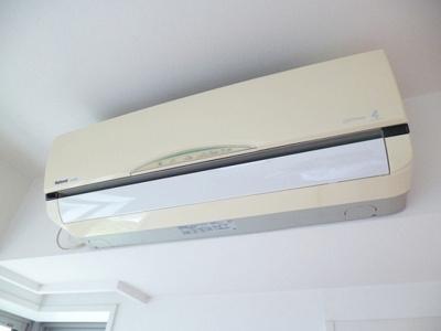 リビングダイニングキッチン・洋室9.3帖のお部屋にはそれぞれ暑い夏や寒い冬に大活躍のエアコン付きです☆冷暖房完備で1年中快適に過ごせます♪