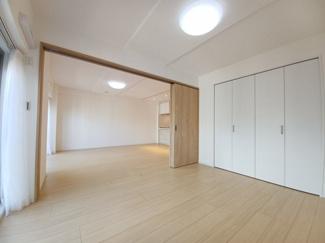 稲毛ファミールハイツ1号棟 リビングに隣接した洋室の扉を開放していただくと約22帖のお部屋としてご活用いただけます!