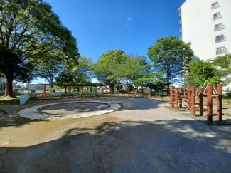 稲毛ファミールハイツ1号棟 敷地には隣接した公園があるため、いつでもお子様と遊ぶことができます!